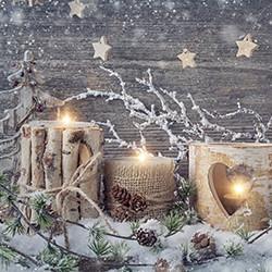 Weihnachtskarte 8165 Kerzen vor Holzwand